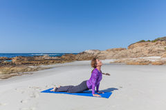 Yoga på stranden i Kalifornien Royaltyfri Fotografi