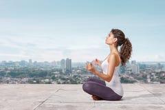 Yoga på taköverkanten Arkivbild