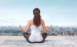 Yoga på taköverkanten Arkivfoton
