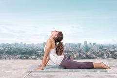 Yoga på taköverkanten Arkivbilder