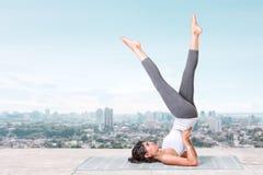 Yoga på taköverkanten Royaltyfri Bild