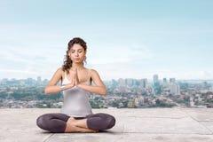 Yoga på taköverkanten Royaltyfria Bilder