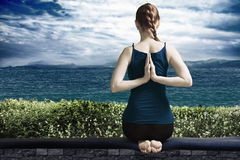 Yoga på terrass Royaltyfria Bilder
