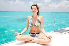 Yoga på yachten Royaltyfri Foto