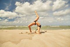 Yoga p? havet royaltyfri fotografi