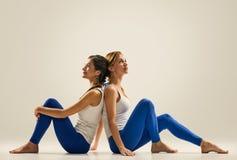 Yoga in paar ontspan Partner ademhaling royalty-vrije stock foto