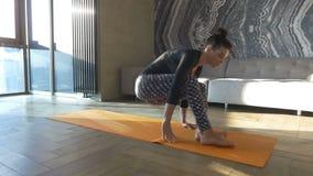 Yoga pacifica Donna felice e bella che fa esercizio di yoga a casa archivi video