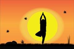 Yoga par l'jeune homme au lever de soleil ou au coucher du soleil Photo libre de droits