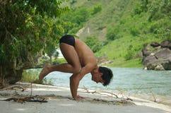 Yoga par le fleuve photos stock
