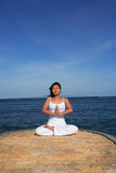 Yoga par Sea Image stock