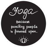 Yoga parce que poinçonnant des personnes est froncé les sourcils au moment - citation de motivation drôle manuscrite illustration libre de droits