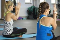 Yoga per le donne incinte Fotografia Stock Libera da Diritti