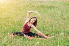Yoga per le ragazze Bella donna nel campo che fa yoga fotografie stock