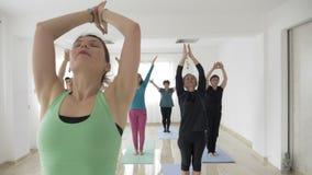 Yoga pilates klassifizieren das Handeln der Stellung und des Ausdehnens von Übungen unter Verwendung der Matten für Boden in eine stock video