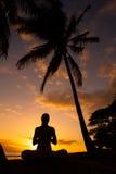 Yoga por el océano Foto de archivo libre de regalías