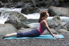 Yoga por el río imagenes de archivo