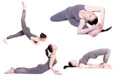 Yoga, pose differenti su un fondo bianco, isolato istruttore di yoga di pratica, d'istruzione ad una lezione immagini stock libere da diritti