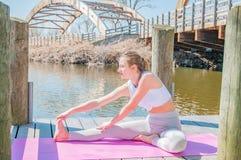 yoga Pose praticando de Janu Sirsasana da ioga da jovem mulher foto de stock royalty free