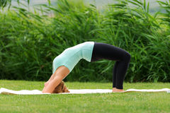 Yoga poserar Bridge Royaltyfri Foto