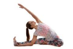 Yoga poserar djanushirshasana Arkivfoton