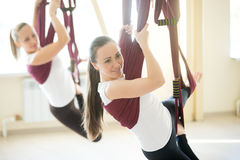 Yoga poserar i hängmatta fotografering för bildbyråer