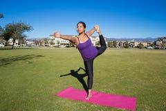 Yoga poserar - konungdansaren Pose Arkivfoto