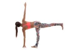Yoga poserar parivrittaardhachandrasana Arkivbild