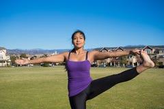 Yoga poserar - stående stora Toe Hold Arkivfoton