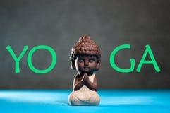 yoga Pouca Buda com sua mão no conceito do namaste do sinal do cumprimento e do estúdio ou da classe da ioga Fotos de Stock