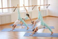 Yoga pour des enfants photo stock