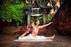 Yoga près de temple image libre de droits