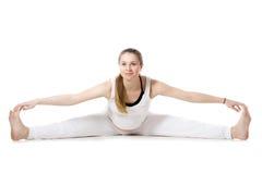 Yoga prénatal, pose en avant posée grande-angulaire de courbure Photographie stock