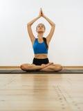Yoga practicante Fotos de archivo libres de regalías