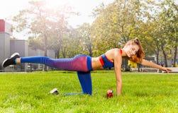 Yoga practicante atractiva de la mujer joven al aire libre Imágenes de archivo libres de regalías
