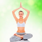 Yoga practicante de la chica joven Fotos de archivo libres de regalías