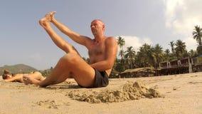 Yoga practicante de la gente almacen de metraje de vídeo