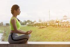 yoga practicante de la muchacha asiática hermosa fotografía de archivo libre de regalías