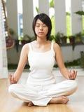 Yoga practicante de la mujer Fotos de archivo