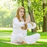 Yoga practicante de la mujer al aire libre fotos de archivo libres de regalías