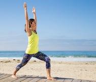 Yoga practicante de la mujer asiática en la playa Foto de archivo libre de regalías