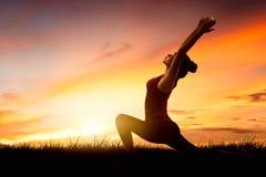 Yoga practicante de la mujer asiática joven Imágenes de archivo libres de regalías