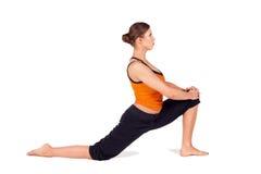 Yoga practicante de la mujer atractiva apta foto de archivo