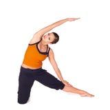 Yoga practicante de la mujer atractiva apta Fotografía de archivo