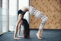 Yoga practicante de la mujer atractiva joven cerca de la ventana Imagen de archivo