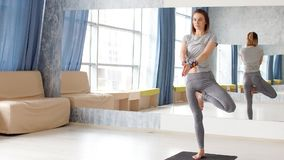 Yoga practicante de la mujer atractiva joven almacen de metraje de vídeo