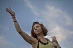 Yoga practicante de la mujer bastante joven en el parque (bailarín Pose) Foto de archivo libre de regalías