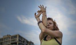 Yoga practicante de la mujer bastante joven en el parque (Eagle Pose) Imagen de archivo libre de regalías