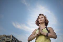 Yoga practicante de la mujer bastante joven en el parque (manos) del rezo (actitud del árbol) Fotografía de archivo