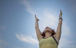 Yoga practicante de la mujer bastante joven en el parque (que alcanza hacia arriba) Imagen de archivo libre de regalías