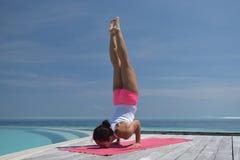 Yoga practicante de la mujer china asiática por el mar Foto de archivo